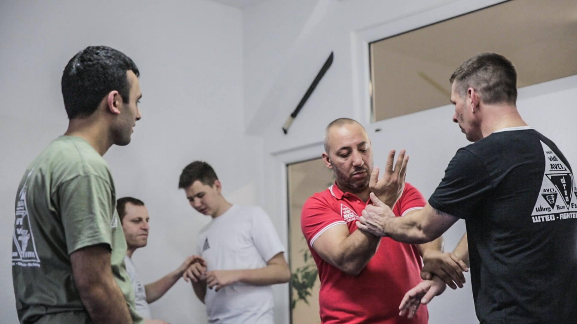 Avci System Trainer wird am Handgelenk gehalten