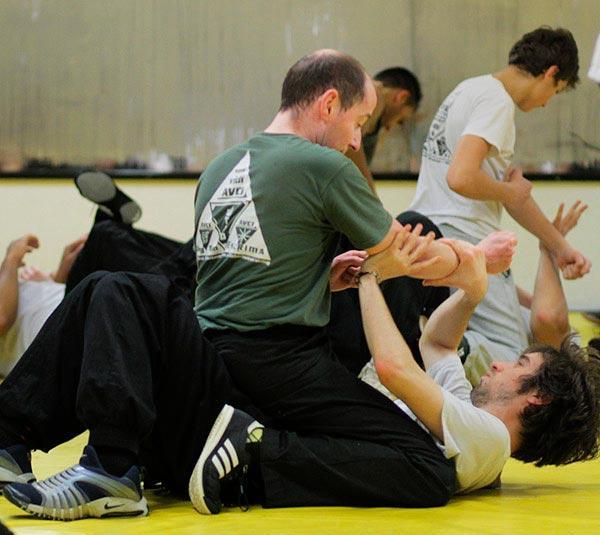 mann_sitzt_auf_trainingspartner