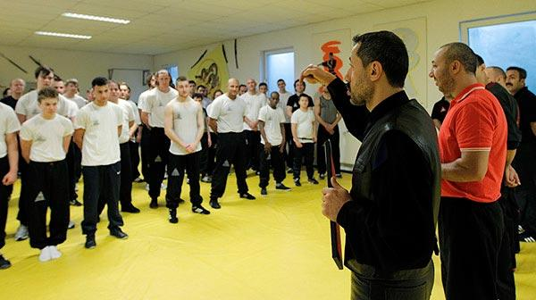 salih_avci_und_trainingspartner_trainieren_gruppe_von_jugendlichen